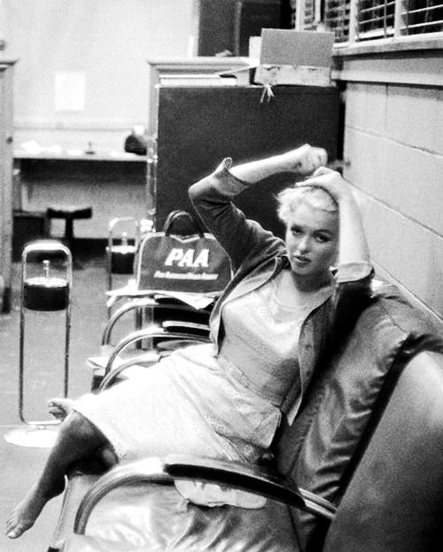 Marilyn Monroe at the airport in Chicago, about to depart for Bement. Photo by Eve Arnold, 1955.