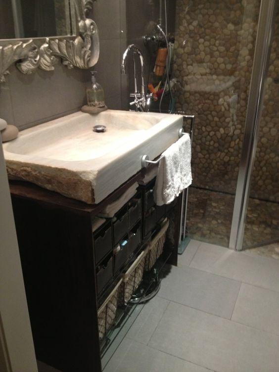 Baño con pila del lavabo de marmol recuperada. Se hizo un mueble ...