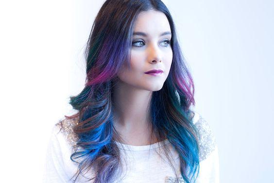 """Hair Chalk es una coloración efímera, no se va con el primer lavado. """"Puede durar hasta cinco lavados, aunque depende de la porosidad del cabello. Cuanto más poroso sea, menos retiene cualquier tipo de color. Cuanto más sano esté el cabello, más tiempo va a durar"""