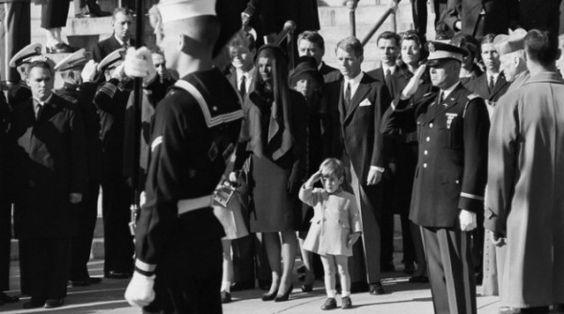 JFK - Il piccolo JFK jr saluta la bara del padre insieme al picchetto d'onore   Joe O'Donnell   #photography #photojournalism