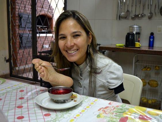 Sem o auxílio de ninguém, Carolina utiliza os pés para se alimentar (Foto: Fernanda Zanetti/G1)