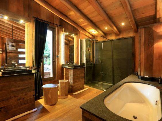 Du bois du sol au plafond pour une salle de bains rustique