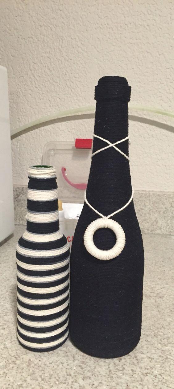 Garrafa decorada com barbante preto e branco