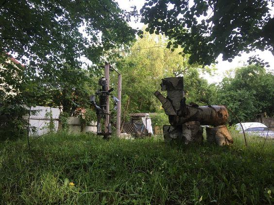 Скульптуры во дворе