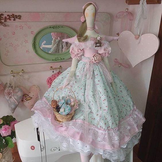 По @floresnajanela_!  #bomdia #artesanal #Tilda #tildamania #instadolls #doll #handmade #mimo #boneca #amoartesanato украшения # #festamenina #linda #Amoartes #compredequemfaz #encanto #detalhes: