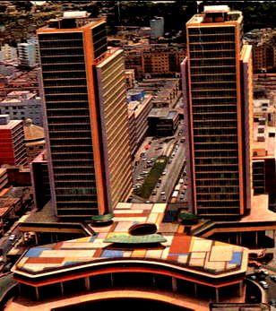 Las Torres del Centro Simón Bolívar CSB también conocidas como las Torres de El Silencio son dos torres gemelas de 32 pisos que miden 103 metros de altura construidas durante el gobierno de Marcos Pérez Jiménez en los años 50, Caracas, Venezuela