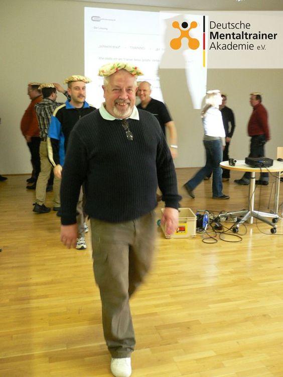 Rückwärts gehen mit Bohnensäckchen auf dem Kopf. Eine einfache Übung aus dem Mentaltraining zur Schulung der Körperwahrnehmung, Konzentration und Gleichgewicht. Auf jeder Trainerfortbildung stets ein Highlight. https://www.deutsche-mentaltrainer-akademie.de