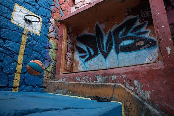 Inspirada na criatividade e improvisação do jovem brasileiro, o projeto descobre e pinta quadras de diferentes esportes em lugares inesperados no Santa Marta.