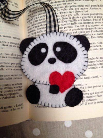 segnalibro in feltro a forma di panda con cuore segnalibro