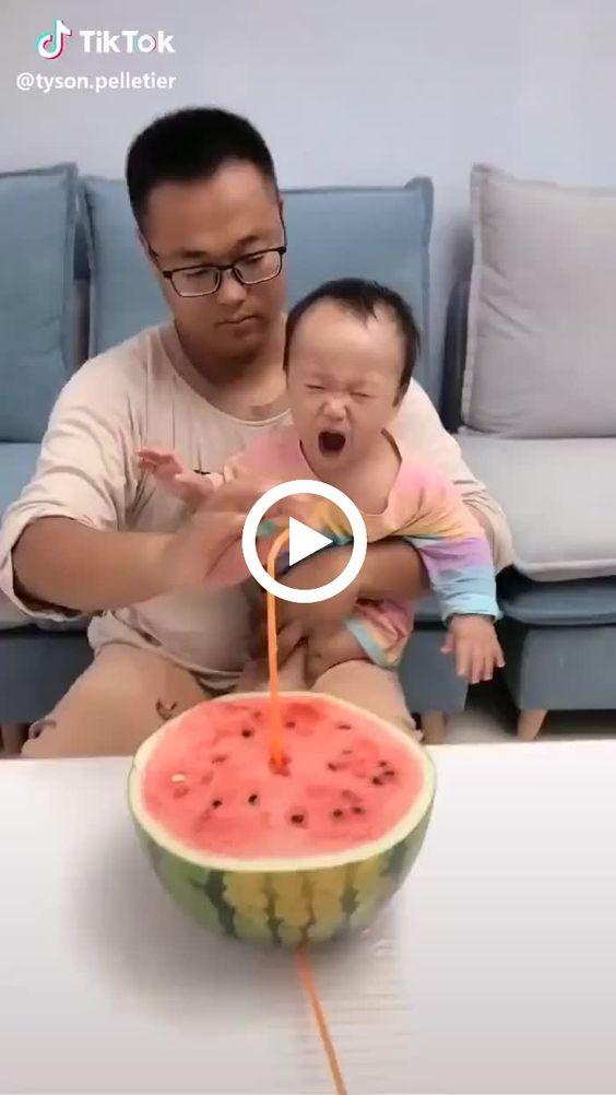 Essa criança está com muita vontade nessa melancia.