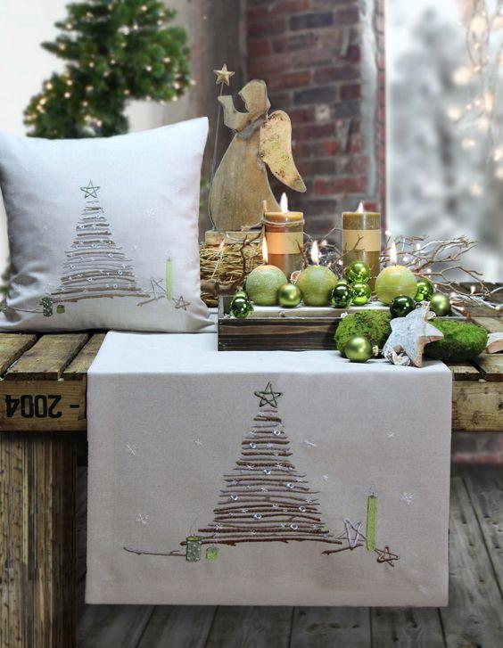 Weihnachtsdeko in beige und grün. Tischläufer und Kissen von Sander