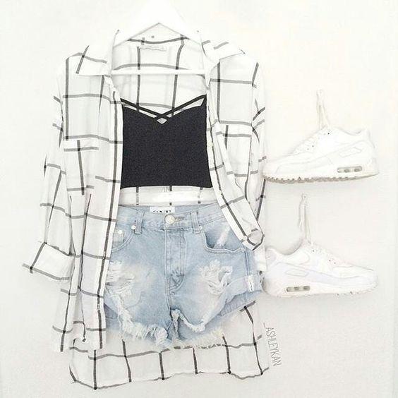 Black and White, como não amar?! #tenis_branco #corpet_preto #calção_jeans…