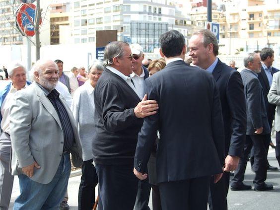 El Presidente de la Generalitat, Alberto Fabra saludando a unos vecinos de Calpe en la Inauguración de la Av. Europa