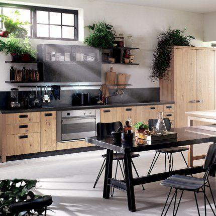 """Cuisine Diesel?Social Kitchen - Scavolini Les matériaux sont vieillis grâce à un traitement spécial qui leur donne une patine authentique: les portes sont en chêne noueux """"Ruxe Wood"""" ou en verre encadré d'un filet en métal, les poignées en métal noir, les plans de travail en """"Acier Drip Metal"""". Pour lui donner un look industriel encore plus affirmé, Scavolini a imaginé des meubles indépendants """"Misfits"""" à installer en plus: tables en acier, chariots..."""