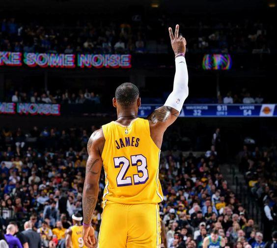 LeBron James e Kyle Kuzma brilham e Lakers vencem Mavericks