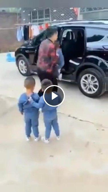 Que garotinho mais engraçado.Fugindo de ir pra escola!