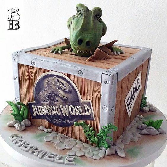 Bolo com o tema dinossauros ou Jurassic World para comemorar um lindo aniversário  por  @bellasbakery  #trexcake #trex #jurassicworld #dinossauro #bolodinossauro #bolojurassicworld #festajurassicworld #festademenino #kidscakes #kidsparty #boloartistico #decoratedcakes