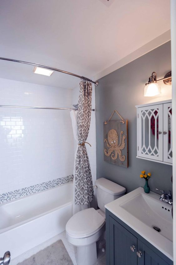 Before and after 20 incredible small bathroom makeovers for Hgtv small bathroom design ideas