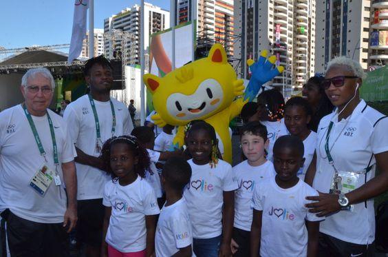 Com o técnico Geraldo Barbosa (esq), os refugiados judocas Popole Misenga e Yolande Mabika se juntaram às crianças (também refugiadas) do Coral Infantil Coração Jolie durante a cerimônia da Trégua Olímpica. Foto: ACNUR/ L.F. Godinho