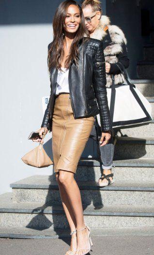 Model Joan Smalls kombiniert die schwarze Lederjacke zu Bleistiftrock und Bluse