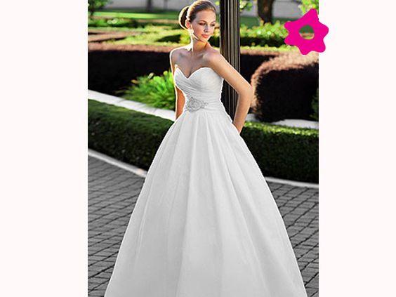 MODA - Menos é mais. Essa é a regra que vem ditando a moda de uns tempos pra cá. E um vestido de noiva simples, sem tantos detalhes rebuscados, bordados luxuosos ou tecidos de sobra, pode ser sinônimo de elegância e bom gosto.