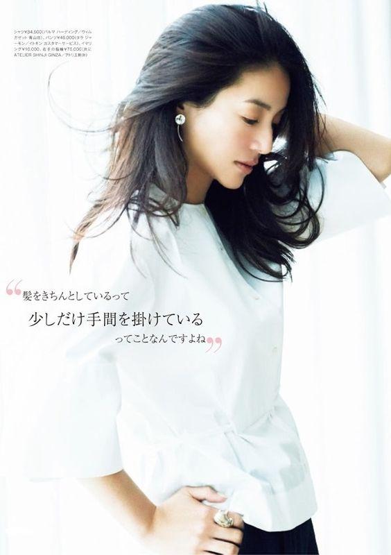 井川遥の白と黒の衣装