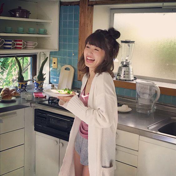 料理皿を持つ逢田梨香子
