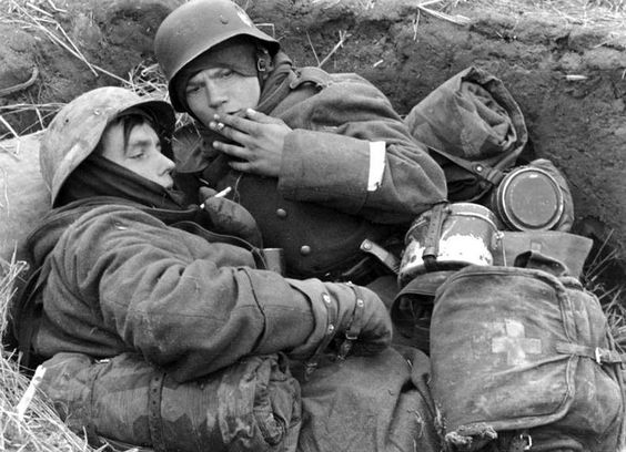 https://flic.kr/p/8hykdB | Young Germans smoking in a trench while defending Berlin 1945 | Russland, Soldaten in Schьtzenloch