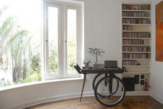 Um Cantinho para o Carrinho de Chá, no site Clickinteriores. Destaque para o Carrinho de Chá da Velha Bahia em madeira de demolição e rodas de bicicleta