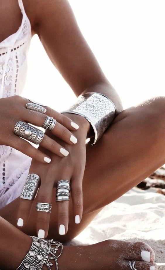 tenue boheme chic, bracelets métalliques et plusieurs bagues