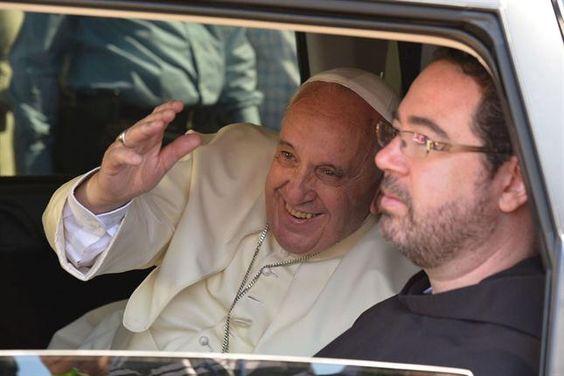 Al retirarse del Muro de los Lamentos, el Papa, saluda a sus seguidores.