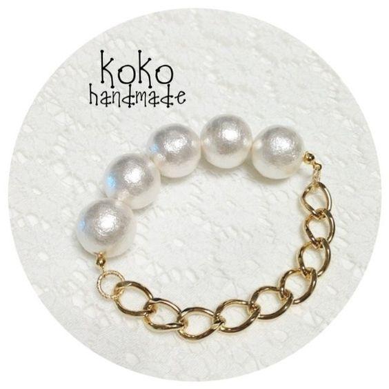 【cotton pearl&chain bracelet】16mmの大粒コットンパールとゴールドのチェーンが甘辛なブレスレットです。ゴムになっているの...|ハンドメイド、手作り、手仕事品の通販・販売・購入ならCreema。