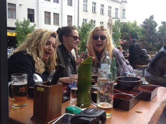 Temos uma nova foto de Kristen Stewart com as amigas Michaela e Suzie em Berlim, almoçando no restaurante japonês Hashi Izakaya. No início da semana a gente viu as fotos da atriz descansando um pouco durante uma folga nas gravações de Sils Maria: