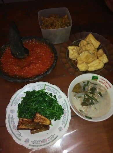 usus krispi, tahu goreng, sayur lodeh, lalapan arnong+terong dan sambel jeruk kukus, homemade~