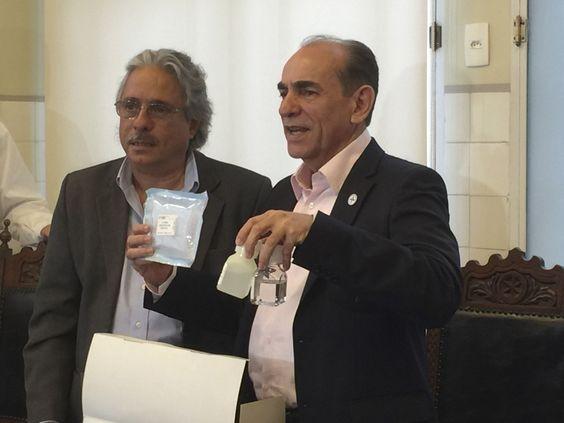 Rio de Janeiro - Ministro Marcelo Castro, recebe uma unidade do Kit NAT discriminatório para  Dengue, Zika e Chikungunya que permitirão em duas horas o diagnosticado específico  (Cristina Índio/Agência Brasil)