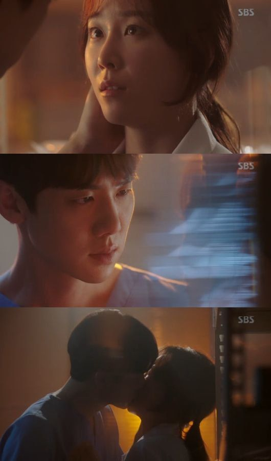 "[Spoiler] ""Romantic Doctor Teacher Kim"" Yoo Yeon-seok kisses Seo Hyeon-jin:"