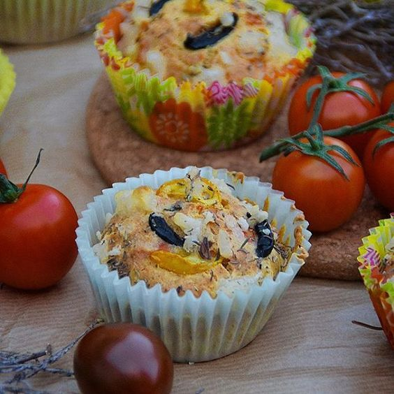 MUFFINS SALADOS DE ACEITUNAS, TOMATE Y HIERBAS AROMÁTICAS ♦ SAVOURY MUFFINS WITH OLIVES, TOMATO & AROMATIC HERBS