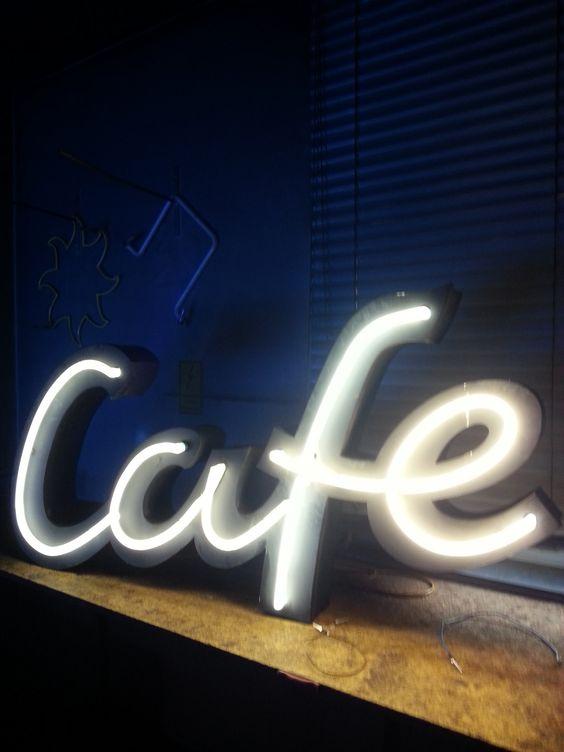 Cafe. Vintage LeuchtReklame. Beleuchtet. Schwarz. Weiß. Black. White.