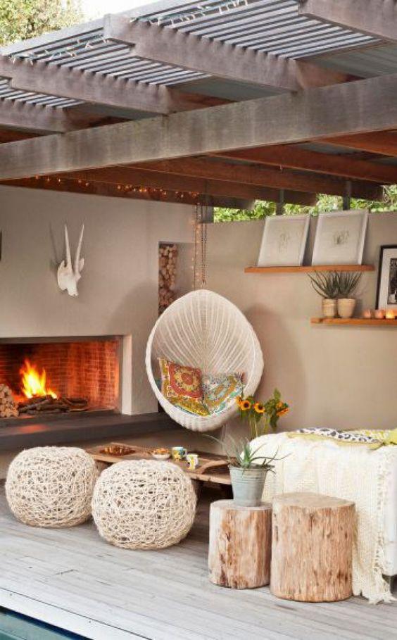 gemütlicher sitzbereich im garten mit kamin und hängesessel. noch, Gartengerate ideen