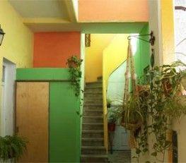 BI68504 - Córdoba  -  Capital. Tipo: Hostel 9 hab. VENTA DE FONDO DE COMERCIO Hab.: 9 - Cat.: 1* - Estado: Muy bueno. Sup. cub.: 500 Mts2 - Terreno: 370 Mts2. Valor fondo de comercio: u$s 75.000.- Contrato de locación $ 16.000.- /mes. Hab. simples, dobles, triples y dormitorios de 4 y 6 camas.