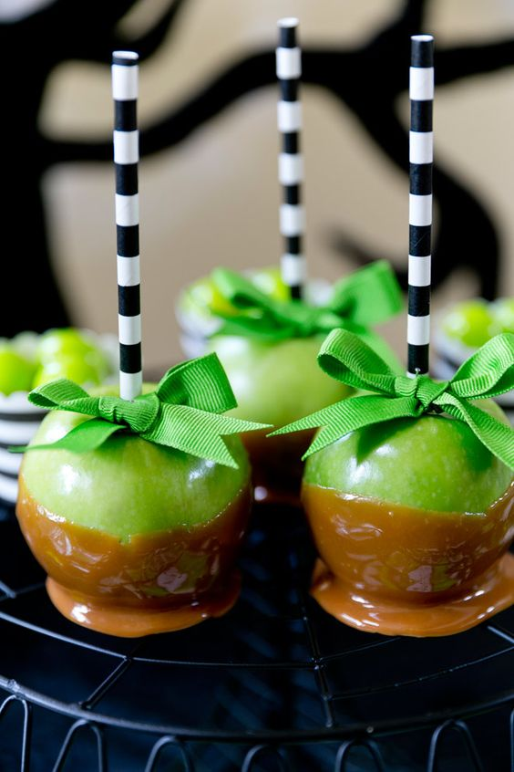 Cutest caramel apples ever! Perfect for color coordinating for Halloween and fall parties! Love black and white stripes! | Pizzazzerie