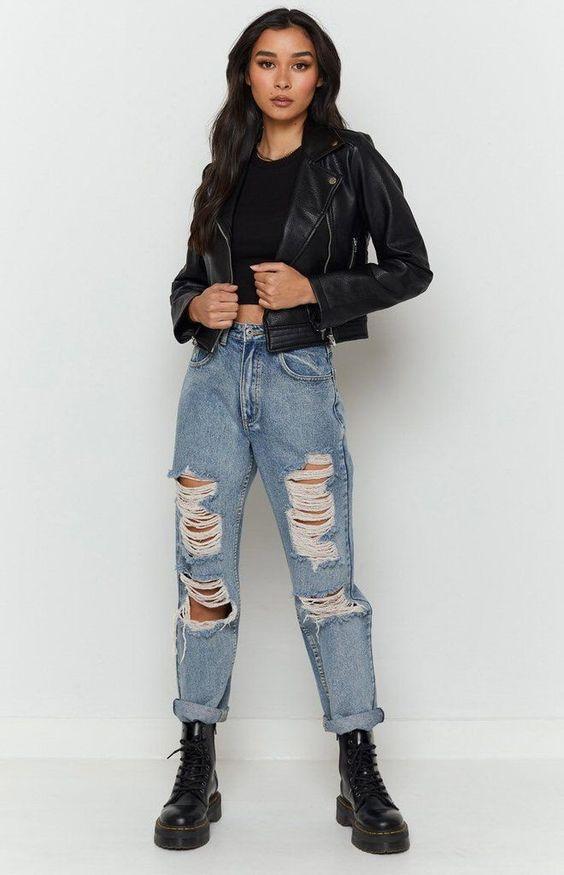 Look elegante com calça jeans destroyed e coturno.