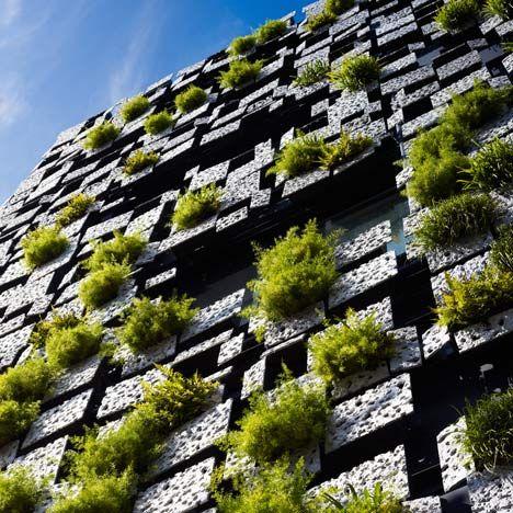 Texturas - As plantas brotam através da fachada com placas de alumínio. Farmácia e clínica no Japão. Arquitetos Kengo Kuma and Associates