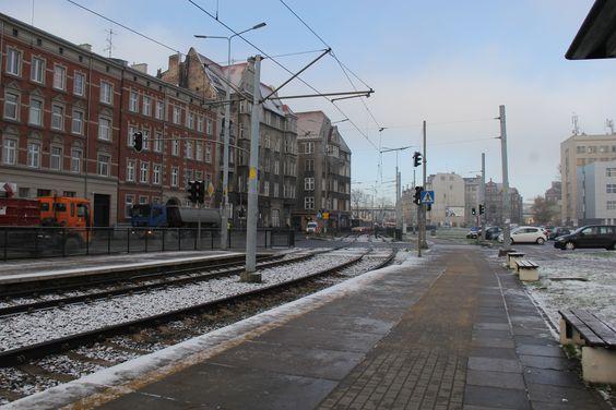 Холодная трамвайная остановка возле площади Солидарности