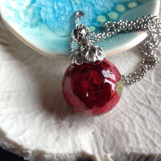 Collier fin en acier et pendentif bulle de résine contenant un bouton de rose rouge, véritable fleur séchée. : Collier par beads-of-bliss-bijoux-en-resine