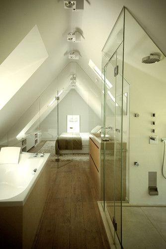 Baño incorporado en el dormitorio. Con poco espacio hacer las paredes de cristal aporta mucha amplitud.