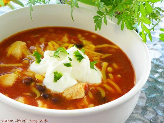 'Slow Cooker mexicano Sopa de Pollo'  Fuente: Taste of Home  1-1/2 libra de pechugas de pollo deshuesadas y sin pellejo, cortadas en cubos  2 cucharaditas de aceite de canola  1/2 taza de agua  1 sobre de condimento para tacos  1 lata (32 onzas) de jugo V8  1 frasco (16 onzas) de salsa  1 lata (15 onzas) de frijoles negros, enjuagados y escurridos (yo usé Goya)  1 paquete (10 onzas) de maíz congelado, descongelado