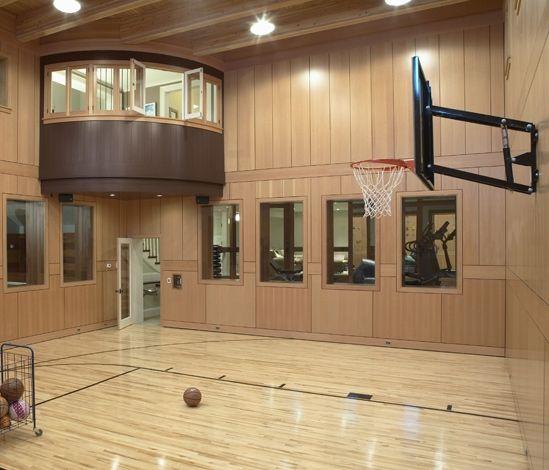 La pista de baloncesto y una ventana y una cuarto de ejercicio. Yo estoy jugando el baloncesto en la pista de baloncesto.
