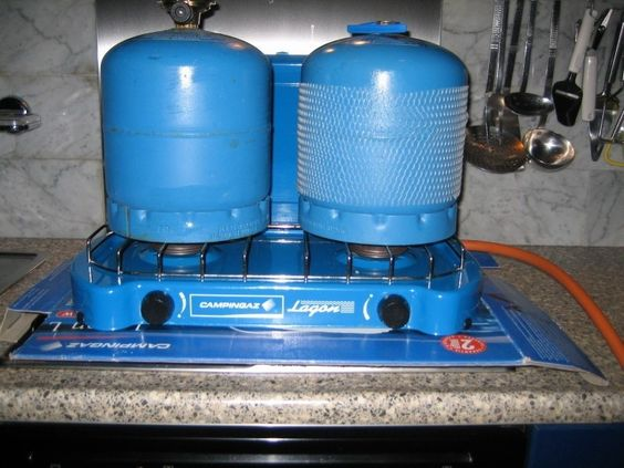 Te koop 2 -pits gasstel en gasflesjes aangeboden in Kampeeruitrusting en…