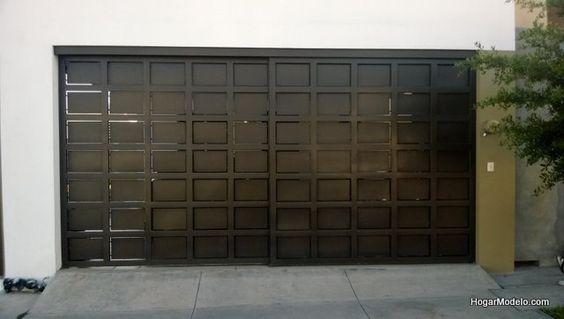 Atractivo diseño de puerta para garage de dos autos con un atractivo diseño contemporáneo